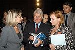 Валерий Голубев знакомится с каталогом нефтегазового оборудования
