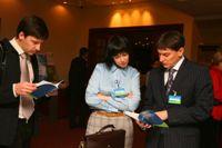 Участники изучают материалы конференции