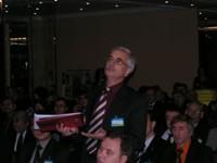 Представитель завода задает вопрос генеральному директору Торгового дома
