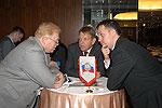 Норвежский нефтяник общается через переводчика с директором российского завода